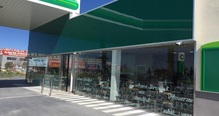 Decoración exterior Estación de Servicio BP Granada