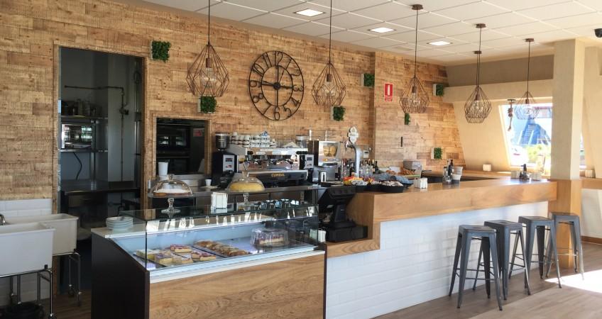 Zona cafetaría en Estación de Servicio BP Granada
