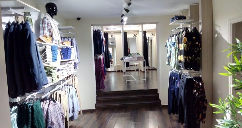 Estanterías y perchas en tienda de moda Celopman Lucena