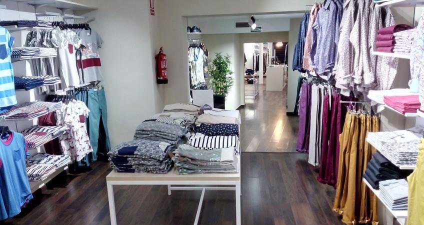 Góndola central y mesa auxiliar para tienda de moda masculina Celopman Lucena