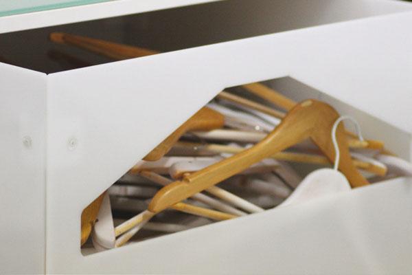 Mostrador-B05---Ropa-Moda---Detalle-Caja-Perchas